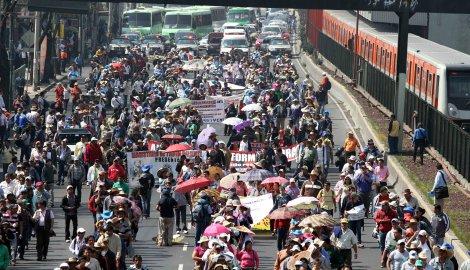 20315049. México, D.F.- Aspecto de la manifestación de maestros de la Coordinadora Nacional de Trabajadores de la Educación (CNTE), que avanzan sobre la Calzada de Tlalpan, rumbo al Zócalo, desquiciando el tráfico en la capital. NOTIMEX/FOTO/GUSTAVO DURÁN/GDH/WAR/