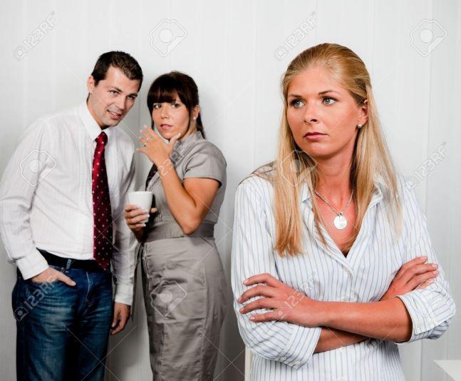11275901-la-intimidación-en-el-lugar-de-trabajo-de-una-oficina-el-chisme-en-la-oficina-Foto-de-archivo