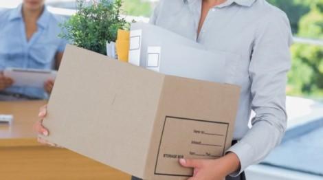 Mujer-con-una-caja-con-las-cosas-de-su-empleo-dejando-su-trabajo-619x346