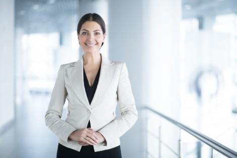 mujer-de-negocios-elegante-feliz-en-la-oficina-pasillo_1262-3017